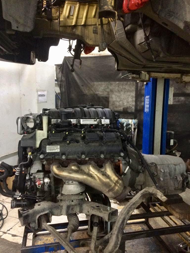 Двигатель снимают вместе с передней подвеской и коробкой