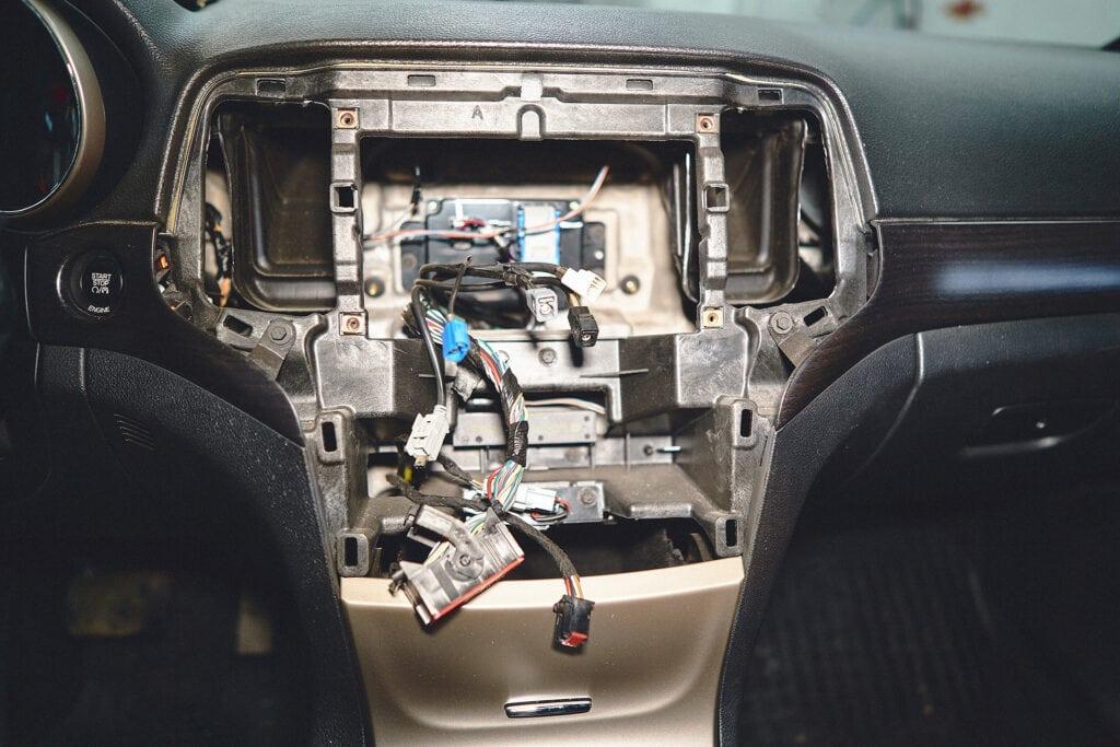 Снимаем магнитолу для подключения камеры