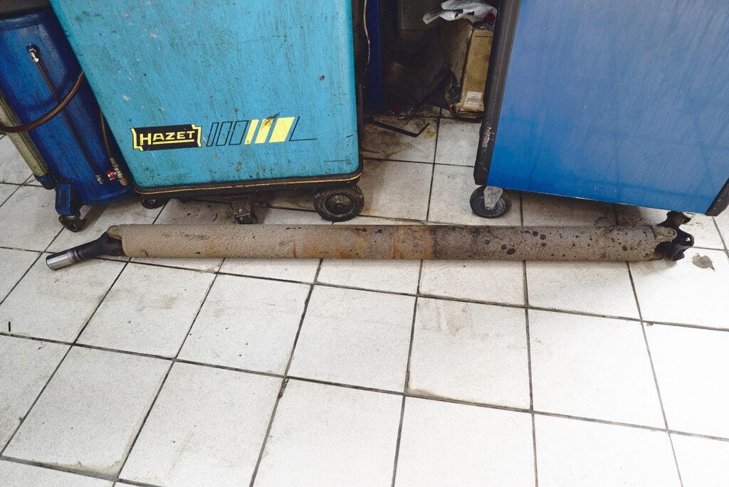 Откручиваем кардан Додж Рам от раздатки