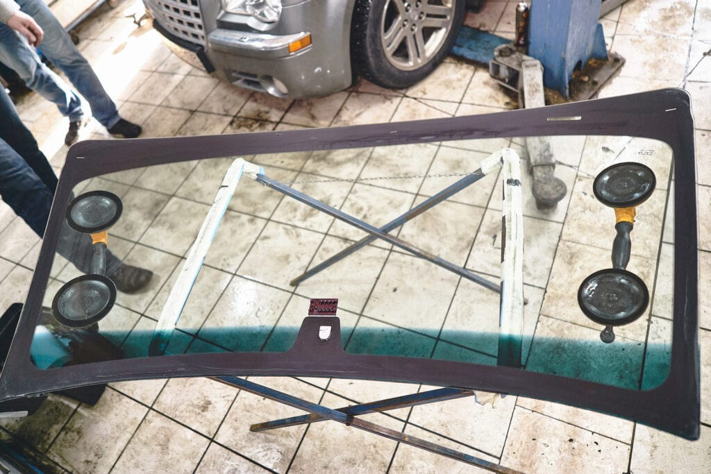 Подготавливаем лобовое стекло