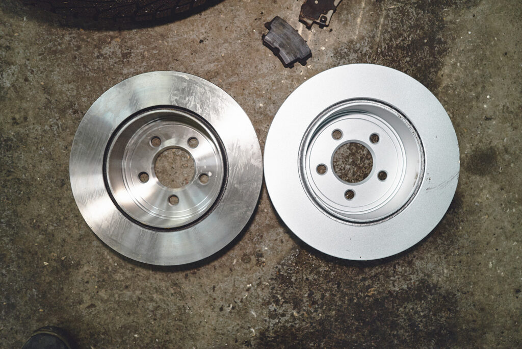 Одинаковые коробки, разные тормозные диски Крайслер 300С