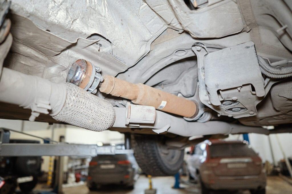 Задний кардан можно подвязать к выхлопу