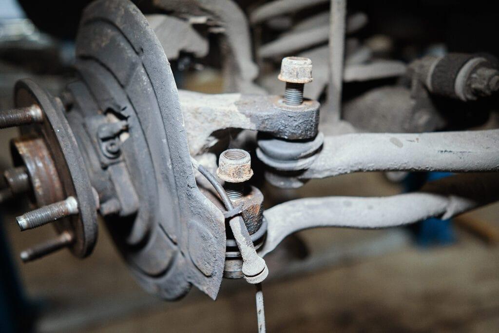 Откручиваем рулевой наконечник от кулака