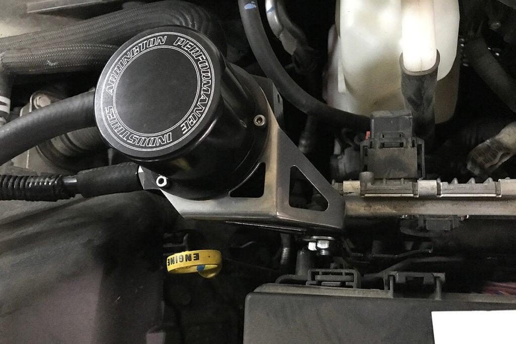 Маслоуловитель крепится в районе моторного щупа