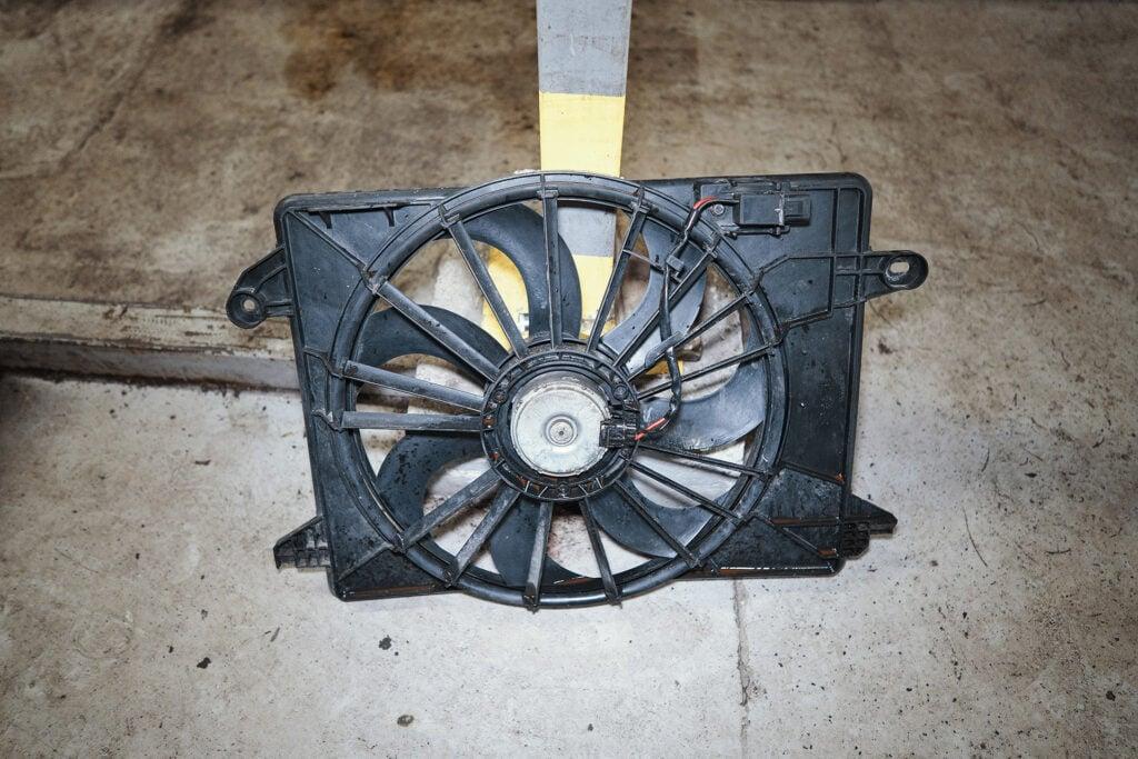 Снимаем вентилятор охлаждения