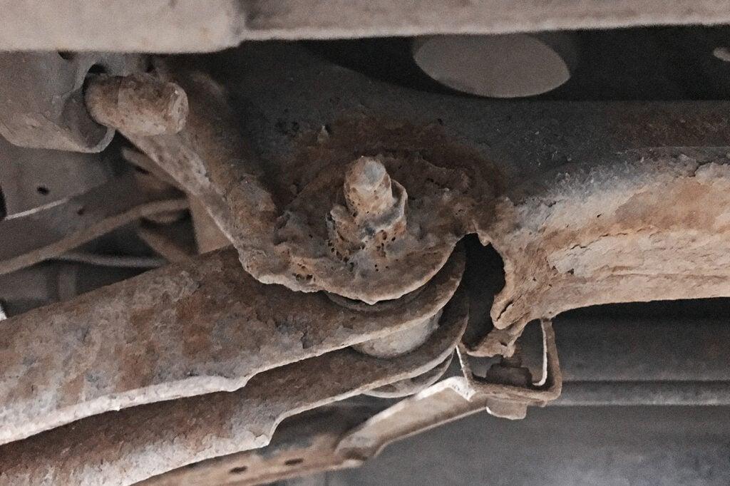 Приваренный задний нижний поперечный рычаг