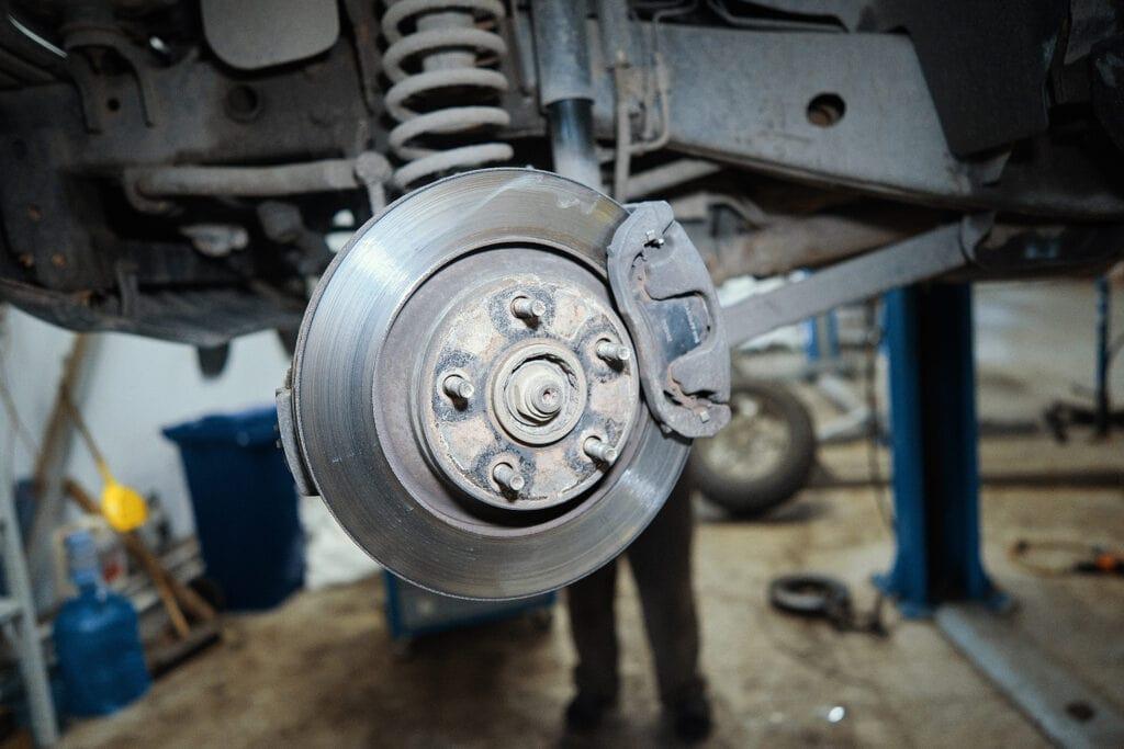 Снимаем колёса для доступа к тормозам