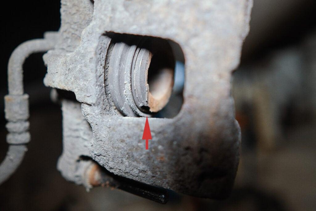Отломан кусок поршня тормозного суппорта