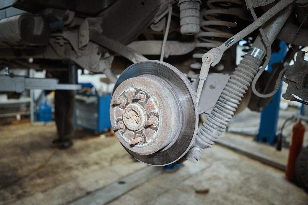 Очищаем привалочную поверхность тормозного диска