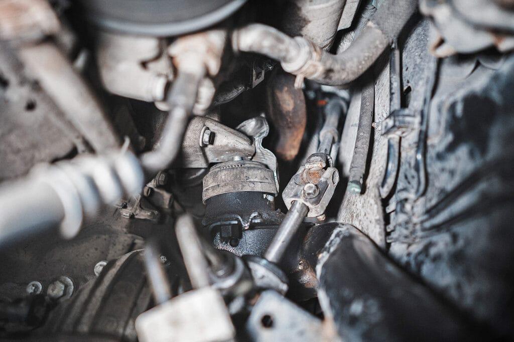 Следы масла на левой опоре двигателя Гранд Чероки