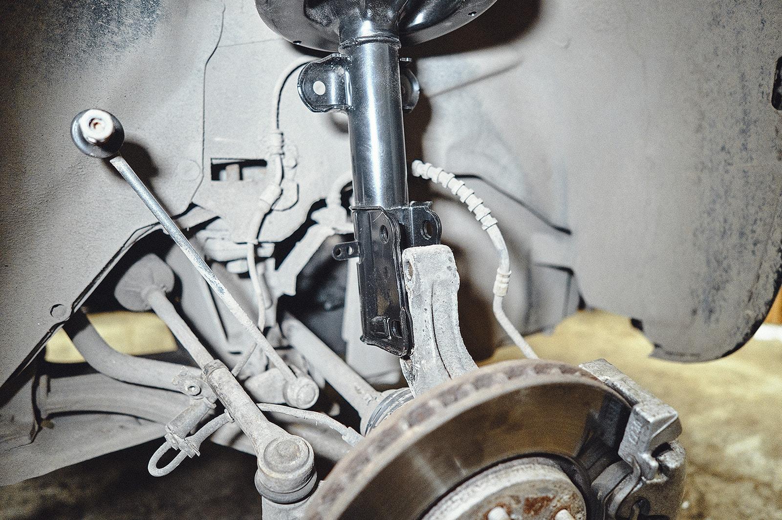 Устанавливаем на место передний амортизатор Крайслер Вояджер