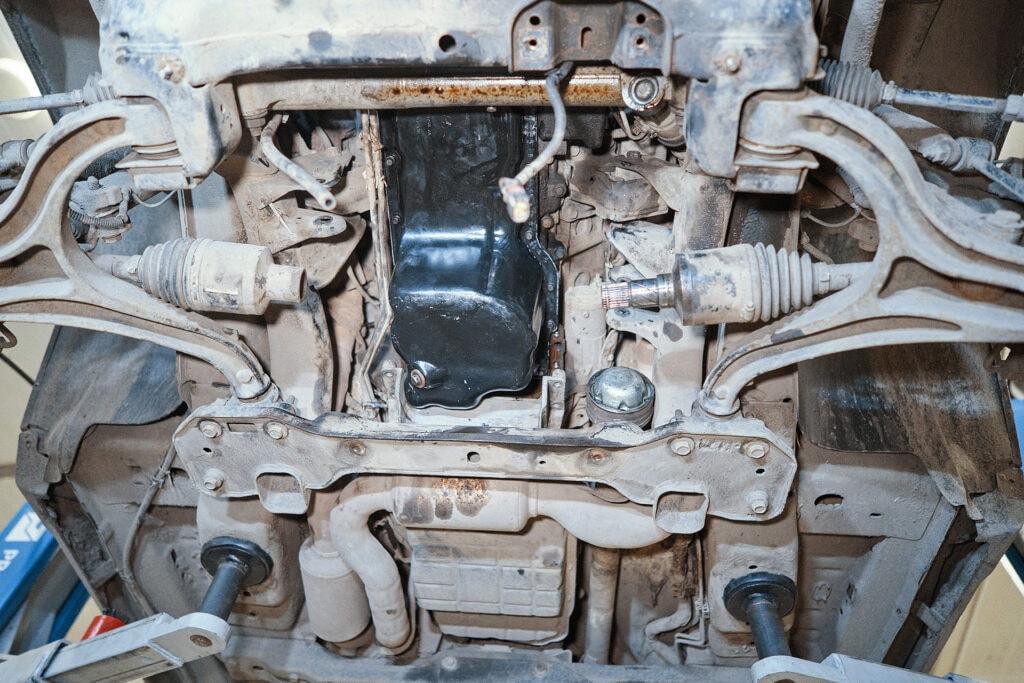 Прикручиваем новый поддон двигателя Гранд Чероки 5.7