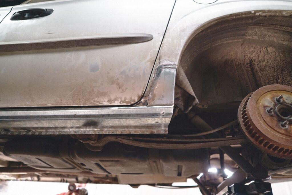 Ремонт порогов Додж Карван перемещается в кузовной цех