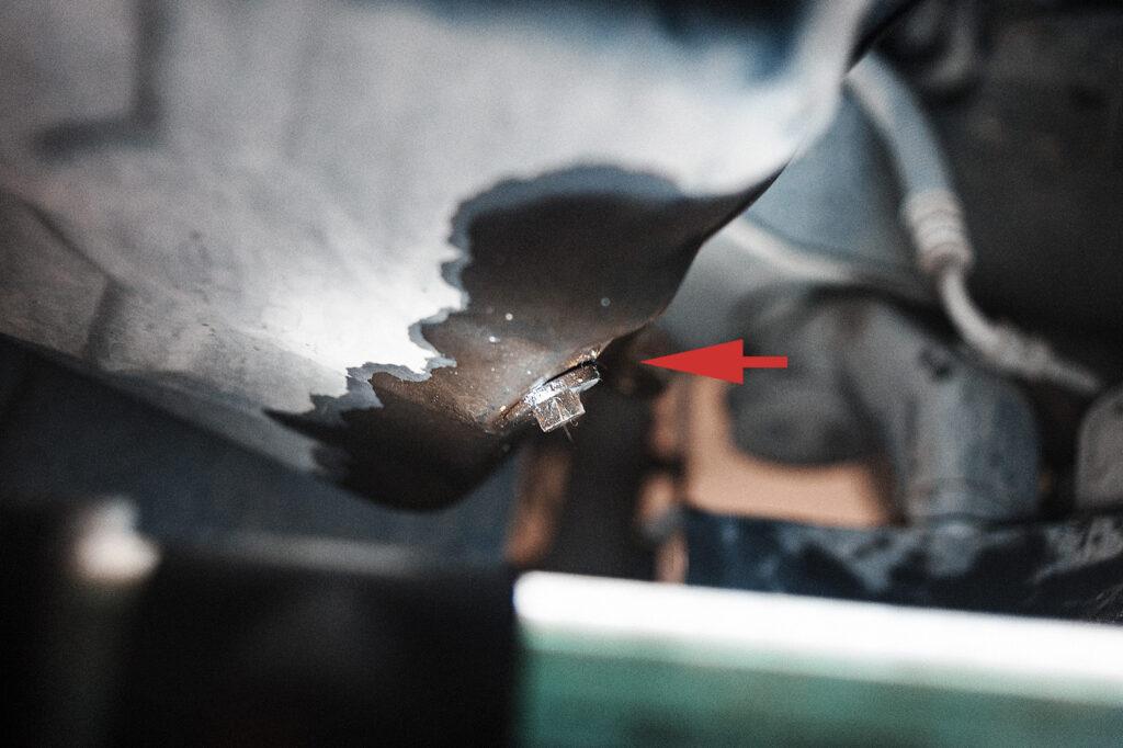 Удар в пробку поддона картера двигателя
