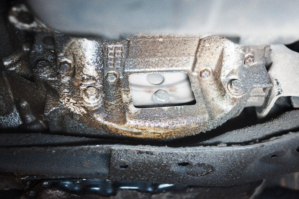 Течь масла Додж Калибр на стыке двигателя и коробки