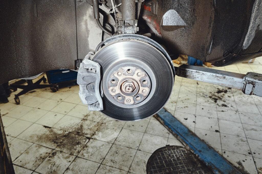 Снимаем колесо для доступа к тормозам