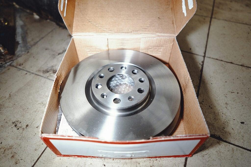 Проверяем тормозные диски Джип Ренегат