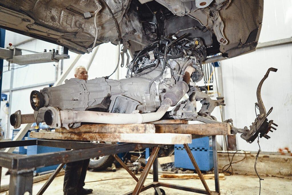 Опускаем двигатель в сборе с агрегатами