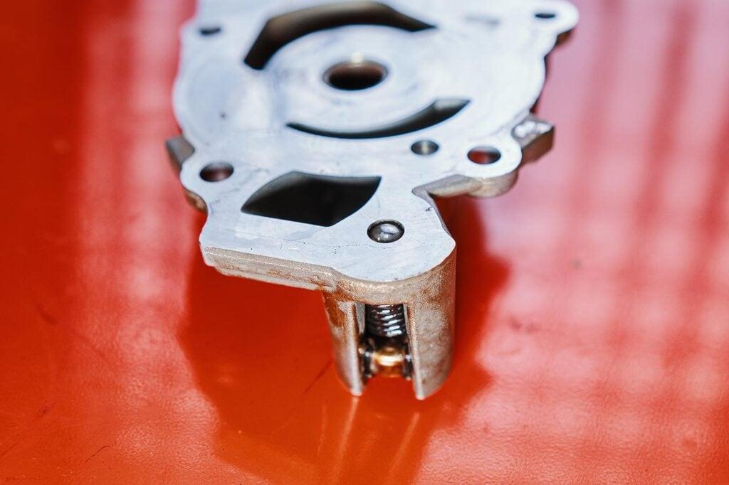Клапан это шар, перекрывающий канал сброса