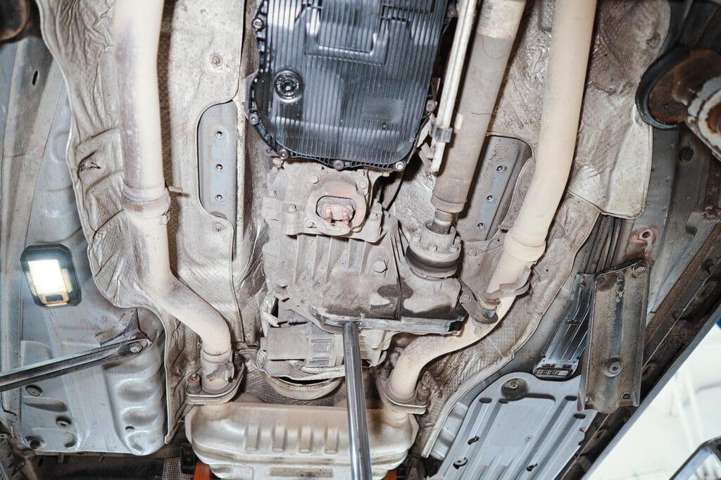 На время работ подпираем агрегаты трансмиссионной стойкой