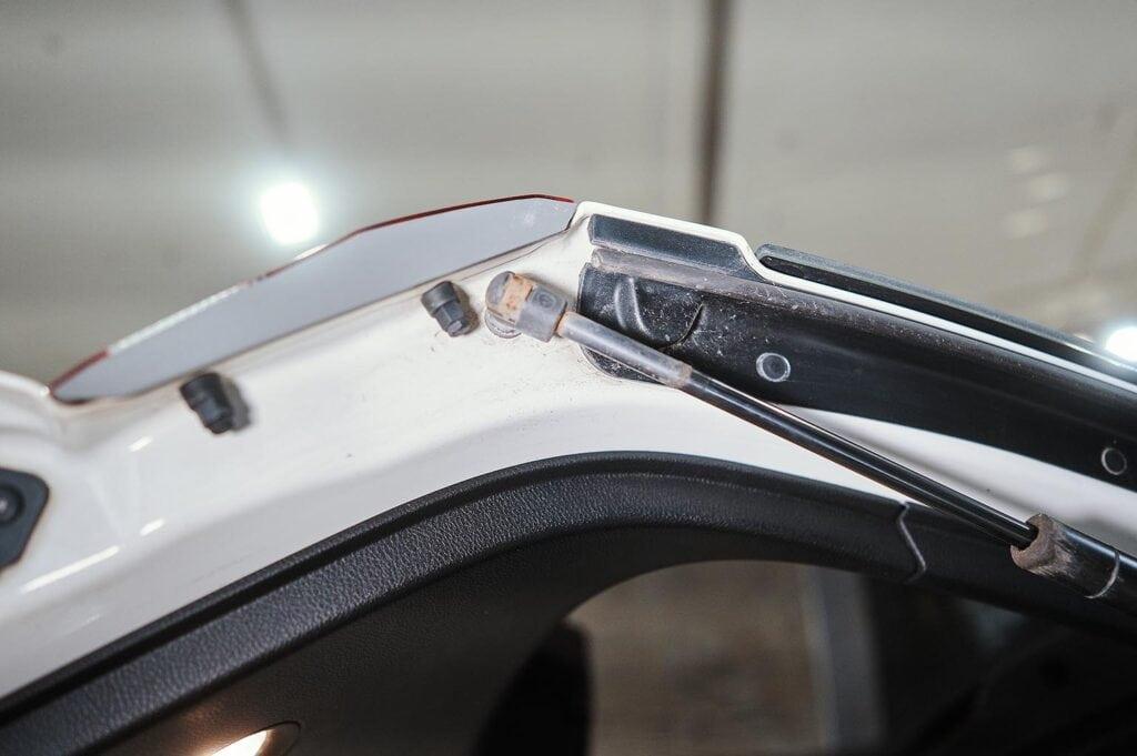 Точка крепления амортизатора к двери багажника