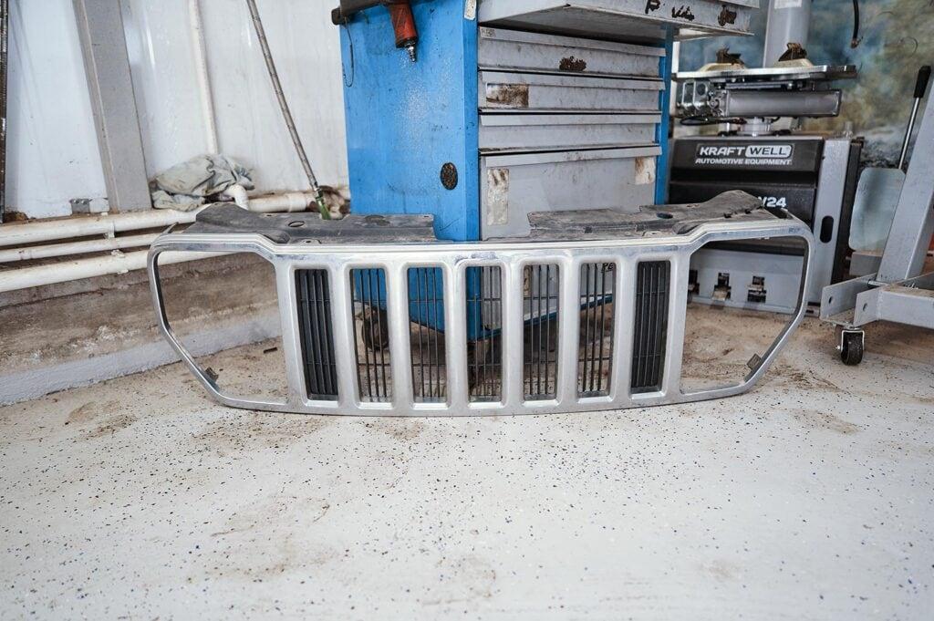 Снимаем решётку радиатора