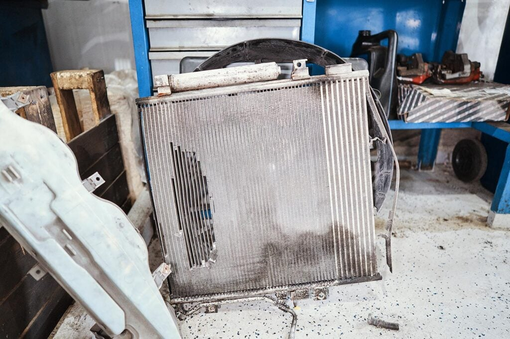 Снимаем радиатор коробки Джип Чероки