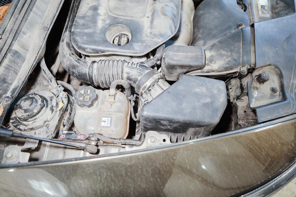 Правая опора двигателя находится под бачком с антифризом