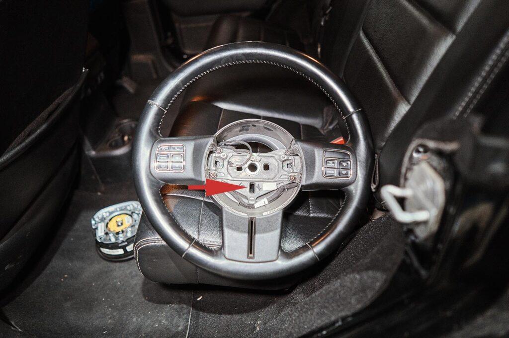 Место контакта выступа шлейфа с рулём