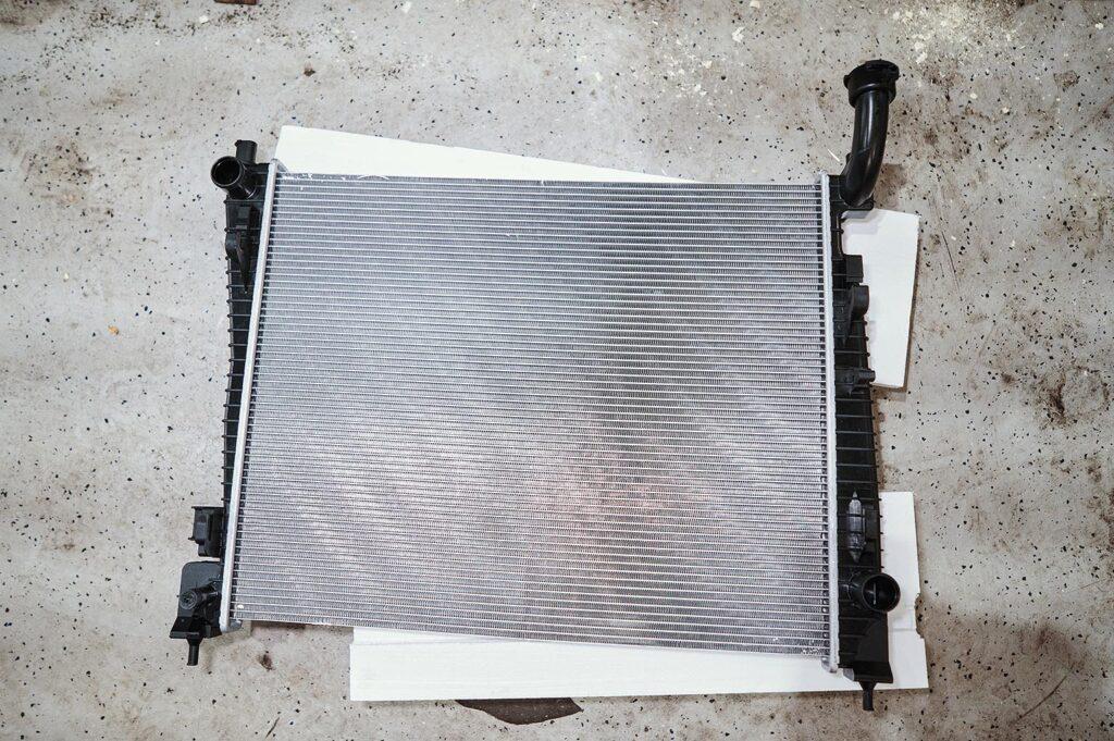 Новый радиатор двигателя Додж Дюранго