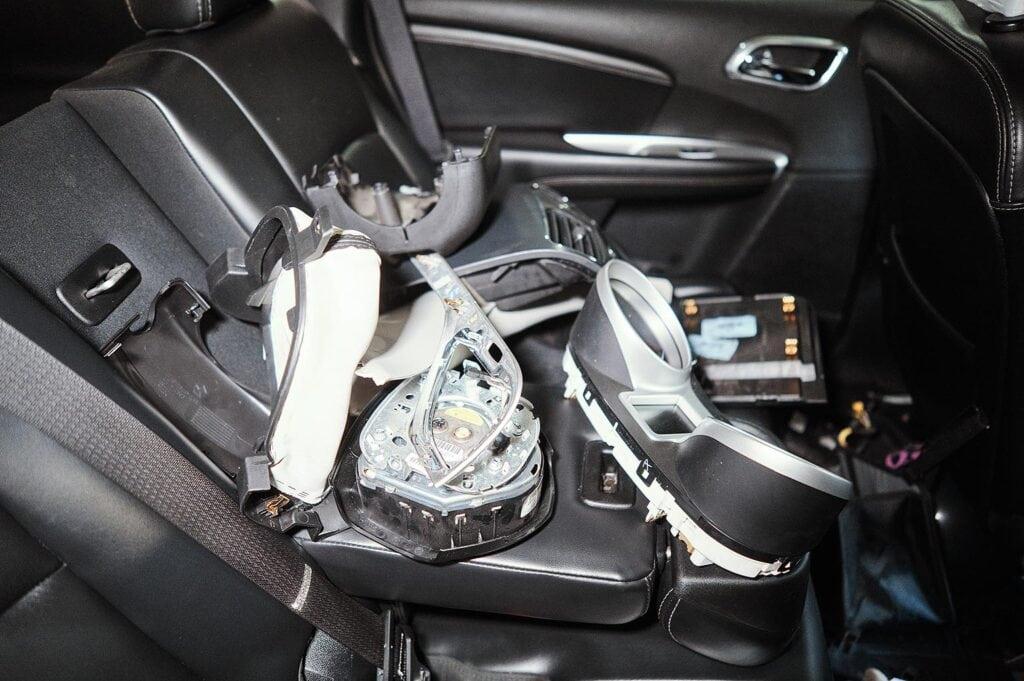 Складываем чистые элементы на заднее сиденье
