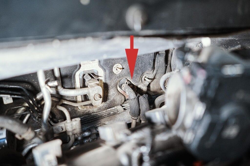Слева – трубки кондиционера, справа – шланги печки