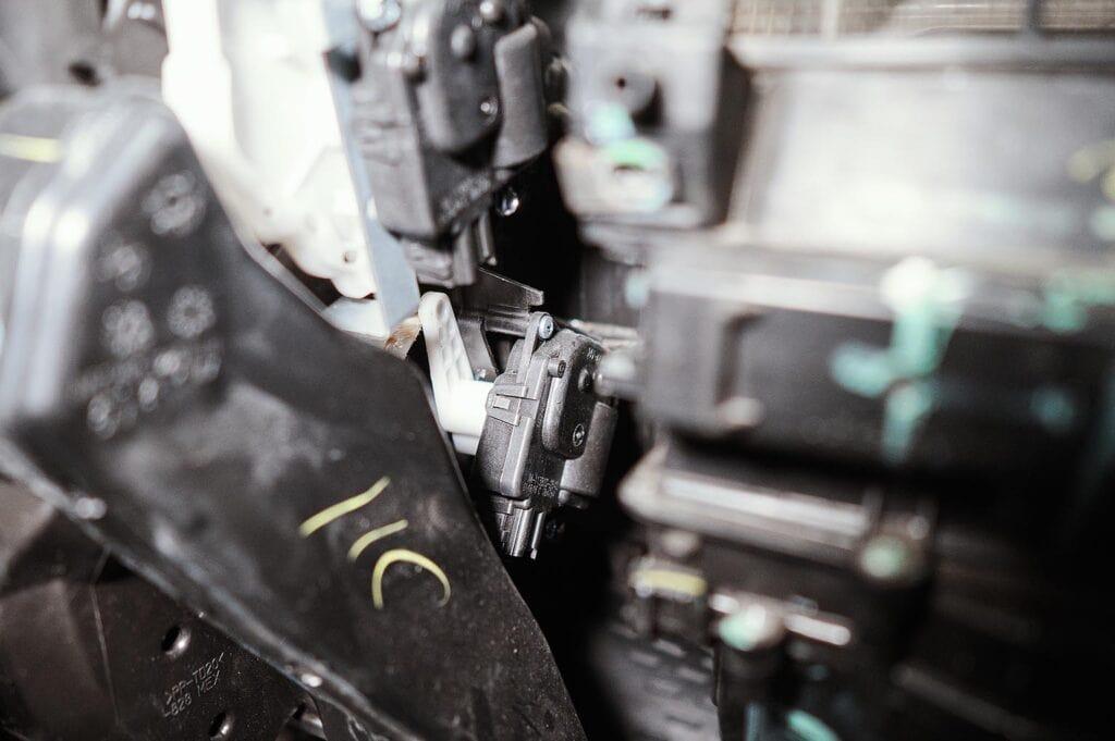 У пассажирского моторчика внутри пропадает контакт