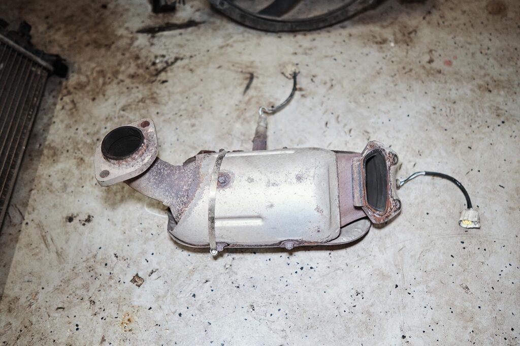 Алюминиевая защита катализатора сгнила в точке крепления