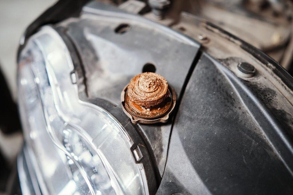 Крышка радиатора покрыта ржавой глиной