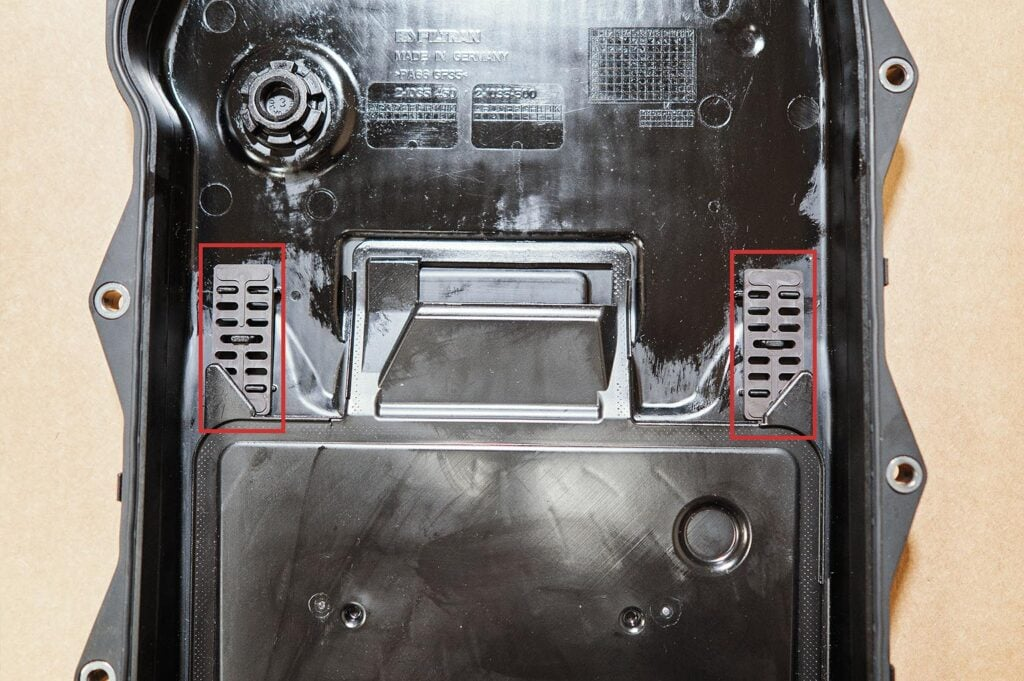 Боковые магниты лежат плашмя возле фильтра