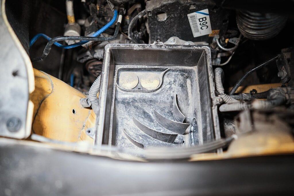 Продуваем корпус фильтра от скопившейся пыли