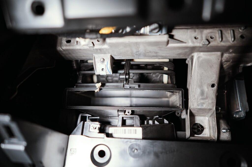 Вынимаем фильтр из корпуса отопителя