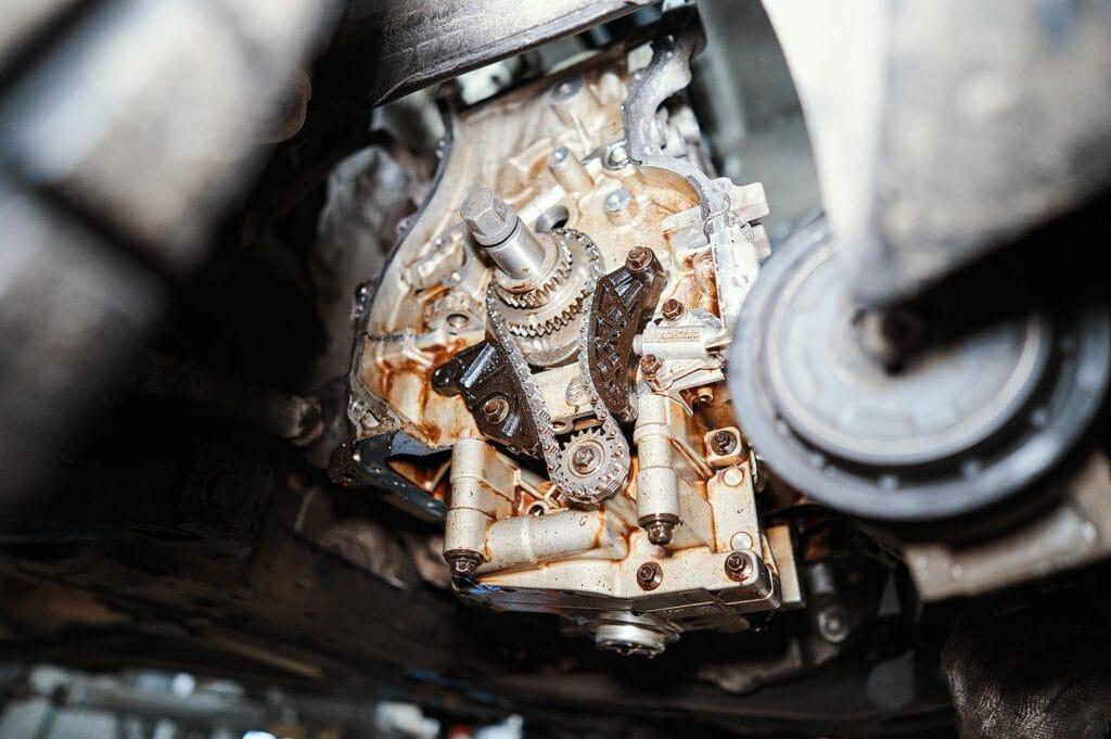 Откручиваем переднюю крышку двигателя