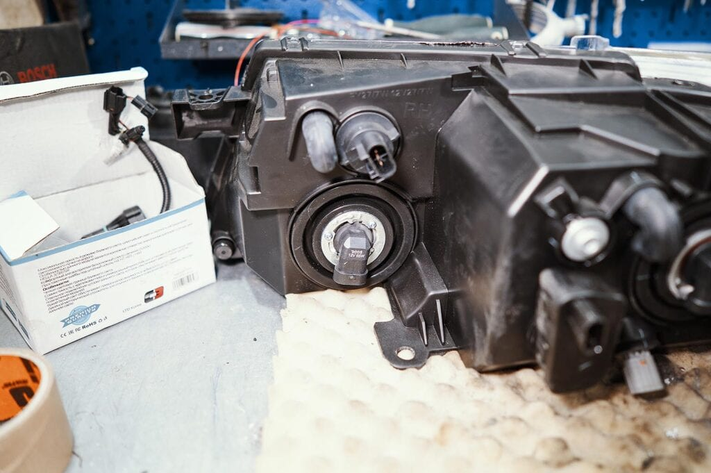 За дальний свет отвечает лампа 9005 или HB3