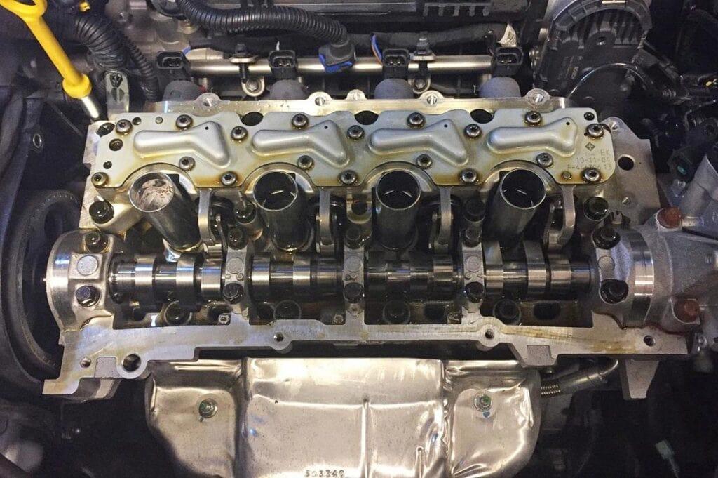Снимаем клапанную крышку с двигателя