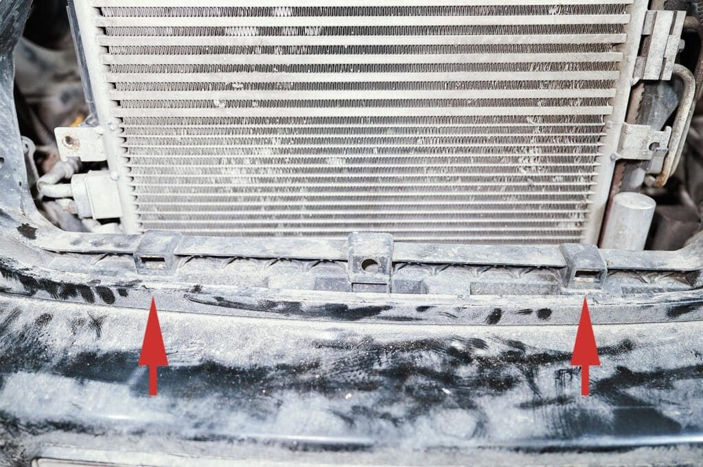 Нижние точки крепления решётки радиатора