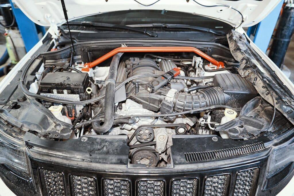 Даже с двигателем 6.4 под капотом ещё остаётся место