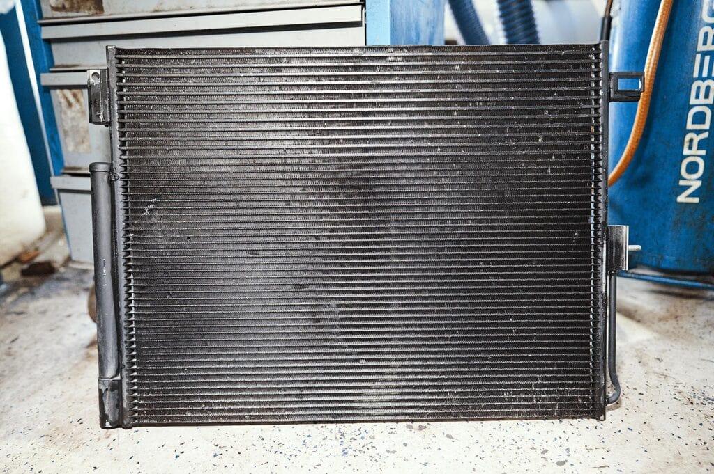 Радиатор кондиционера спарен с радиатором АКПП