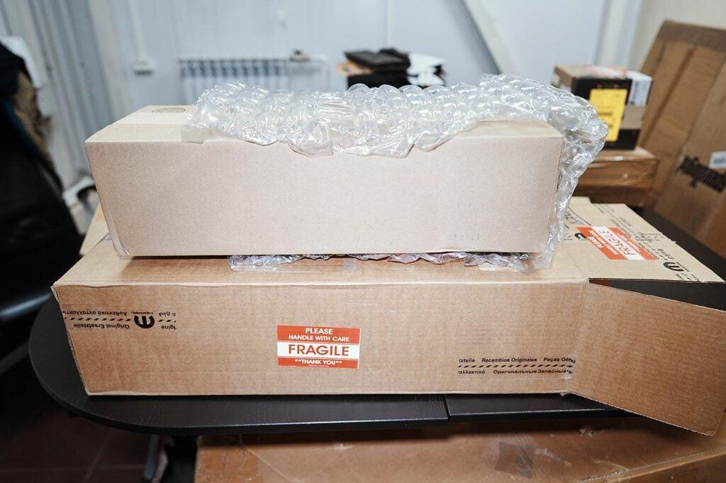 Коробка упакована ещё в одну коробку и обмотана пузырчатой плёнкой