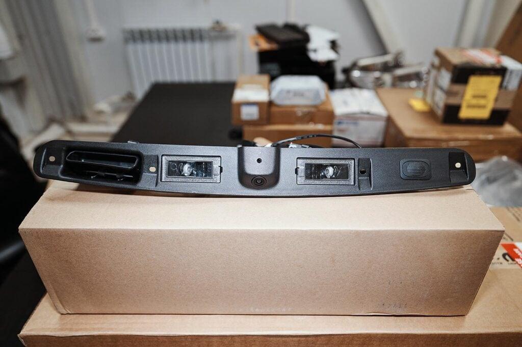 Оригинальная камера Додж Джорни поставляется в сборе с накладкой