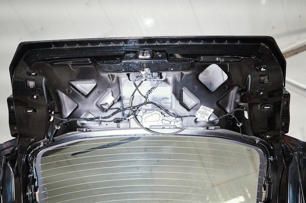 Демонтируем обшивку крышки багажника