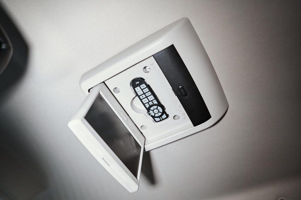 Откручиваем потолочный монитор