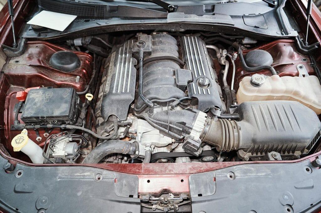 Снимаем трубку вентиляции с правой стороны двигателя