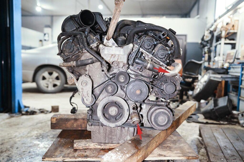 Вид на двигатель Джип Чероки сбоку